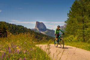 Mountainbikerin mit Mont Aiguille im Hintergrund