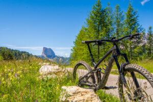 Mountainbike mit Mont Aiguille im Hintergrund