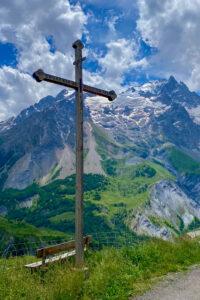 Gipfelkreuz in Les Hières mit La Meije im Hintergrund