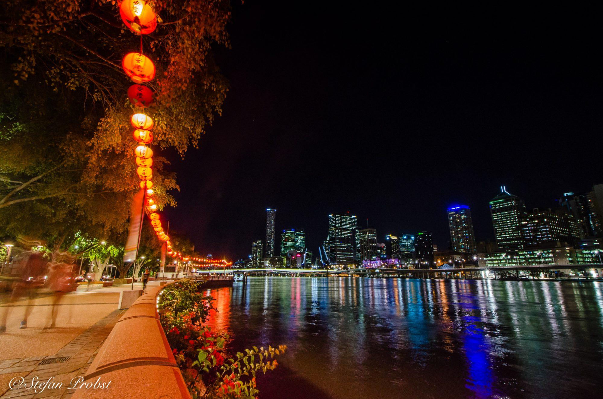 Nächtlicher Blick über die Clem Jon's Promenade auf die Skyline von Brisbane