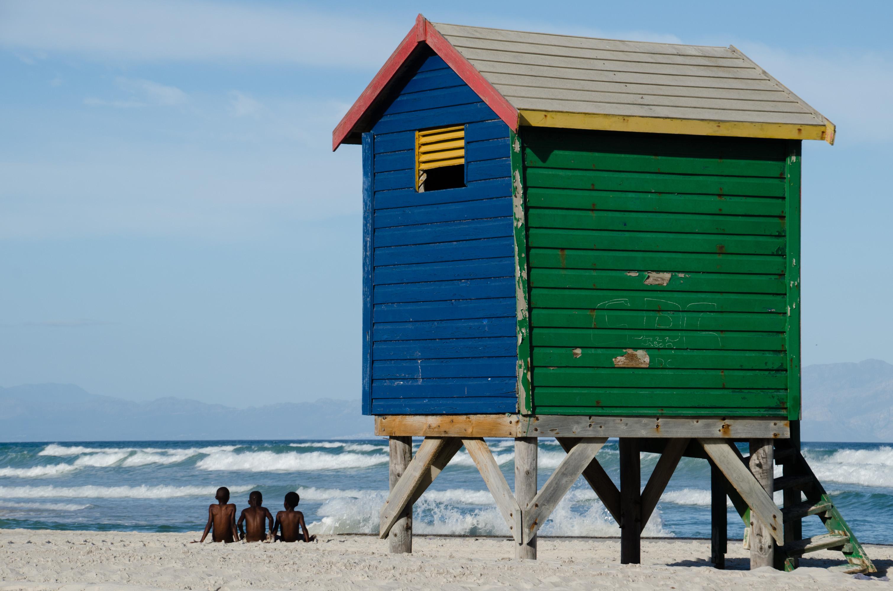 Südafrikas Gardenroute - Jungs am Strand Muizenberg