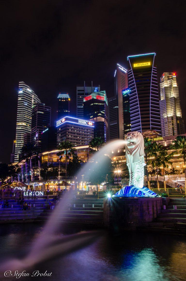 Der Merlion, das Wahrzeichen Singapurs bei Nacht