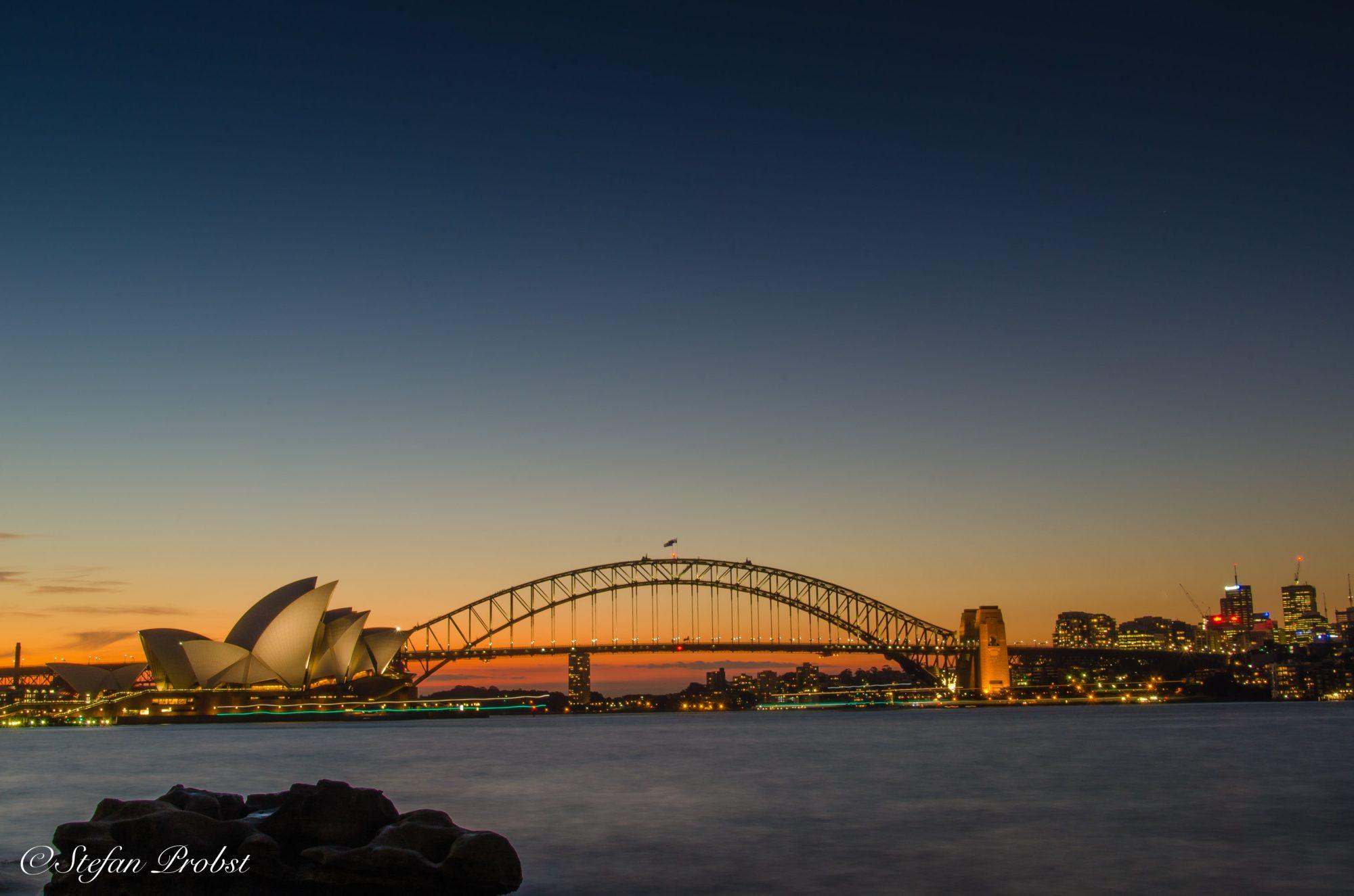 Blick vom Mrs. Macquaries Point auf die Oper von Sydney und die Harbour Bridge
