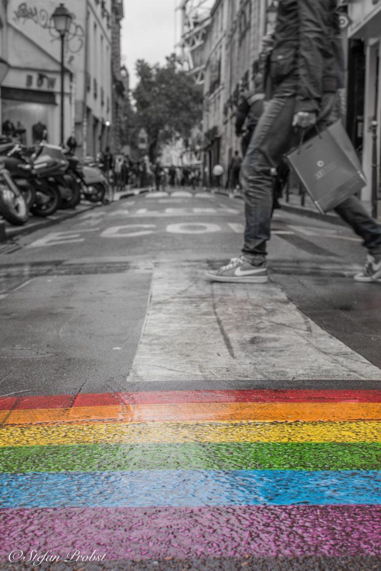 Ein Wochenende in Paris - Regenbogen auf Straße