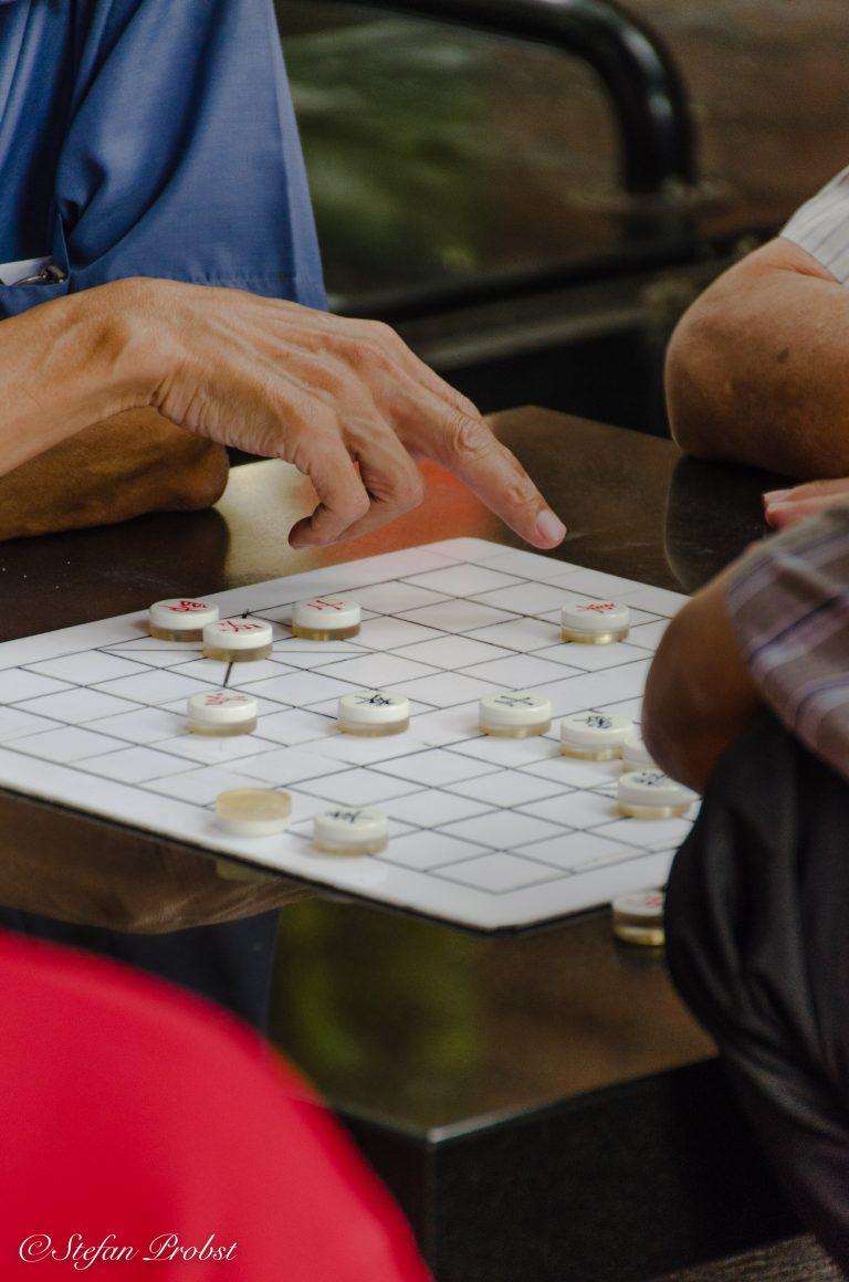 Ältere Männer spielen Go auf einem öffentlichen Platz in Singapur