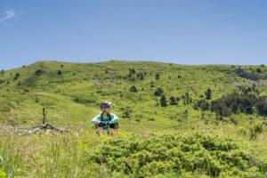 Mountainbikerin in Bergwiese