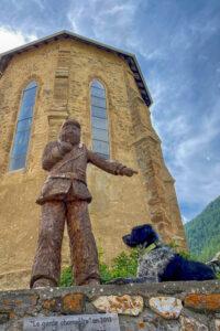 Statue mit Hund vor Kirche